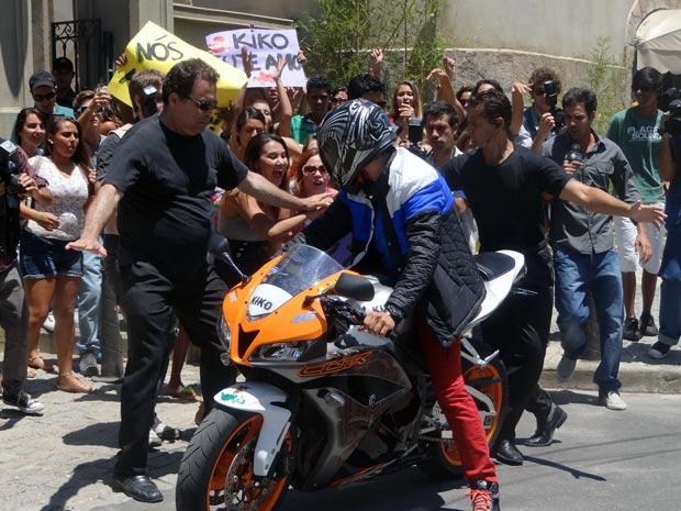 Aglomeração de fãns esperam por Kiko na porta da faculdade (Foto: Malhação / TV Globo)