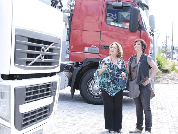 Alice e Íris decidem virar caminhoneiras  (Foto: Fina Estampa/TV Globo)