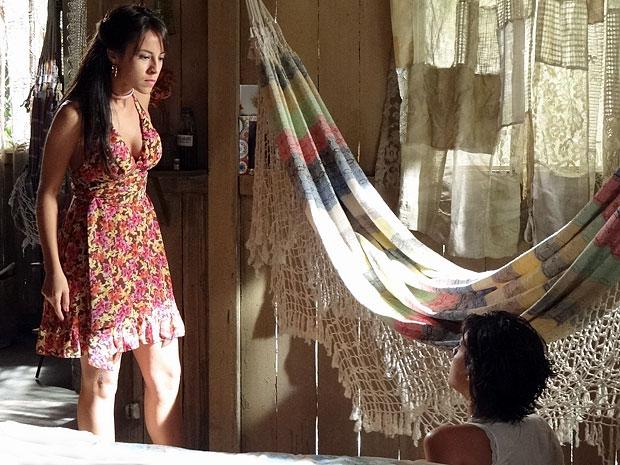 Valéria derruba Miriam no chão em um momento de raiva (Foto: Amor Eterno Amor/TV Globo)