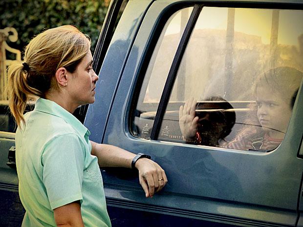 Carminha manda Max levar Rita embora (Foto: Avenida Brasil/ TV Globo)
