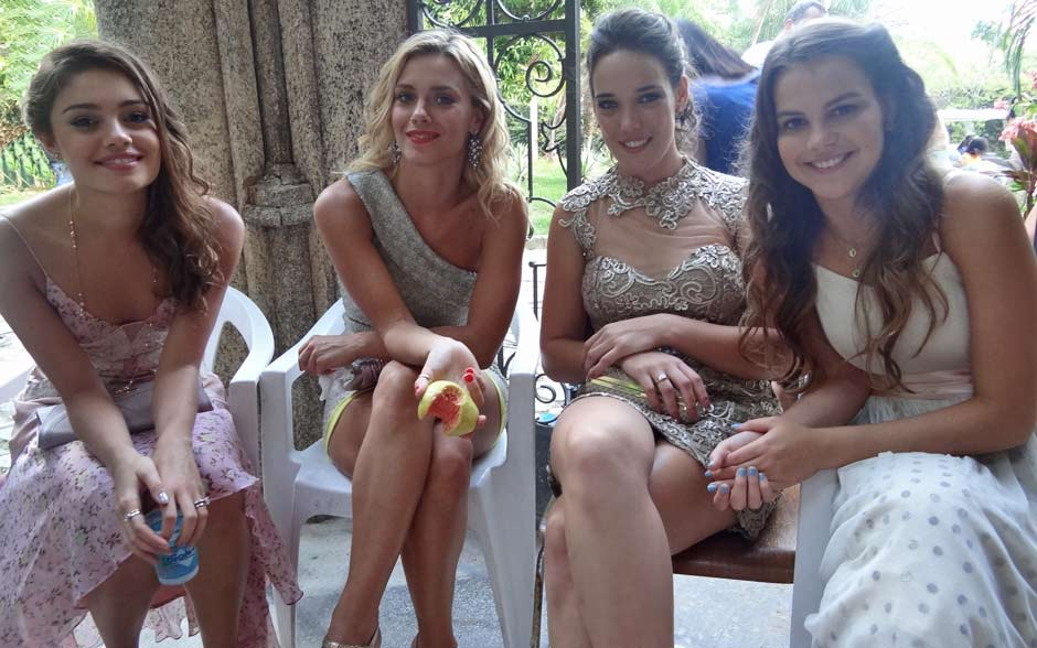 Sophie Charlotte, Carolina Dieckmann, Adriana Birolli e Bianca Salgueiro conversam no intervalo