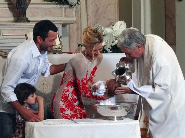 Teodora e Quinzé batizam o filho ao lado de Quinzinho (Foto: Fina Estampa / TV Globo)