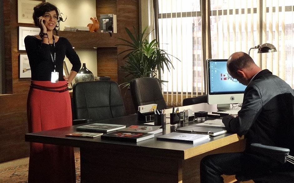 Para o trabalho, ela opta por roupas confortáveis, como essa saia longa pink combinada com blusa preta lisa