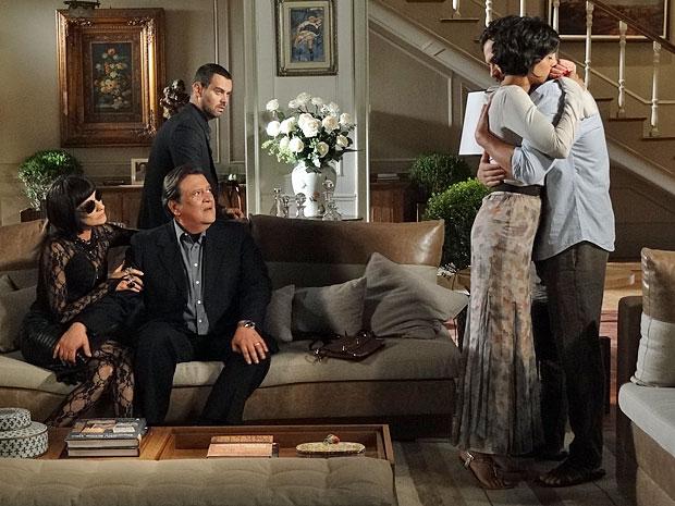 Melissa e Dimas estranham o abraço entre Miriam e Rodrigo (Foto: Amor Eterno Amor/TV Globo)