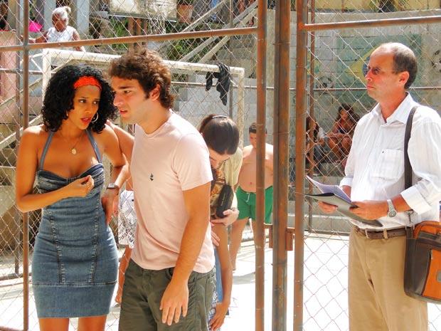 Penha pede ajuda de Elano (Foto: Cheias de Charme / TV Globo)