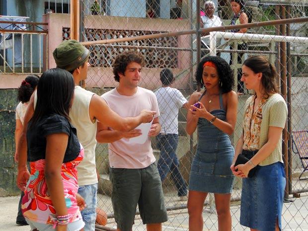 Para piorar, Chayene exige que a empregada volte para o trabalho (Foto: Cheias de Charme / TV Globo)