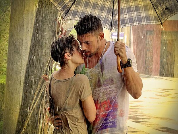 No impulso, Jorginho abraça Nina e os dois ficam no maior clima (Foto: Avenida Brasil/ TV Globo)