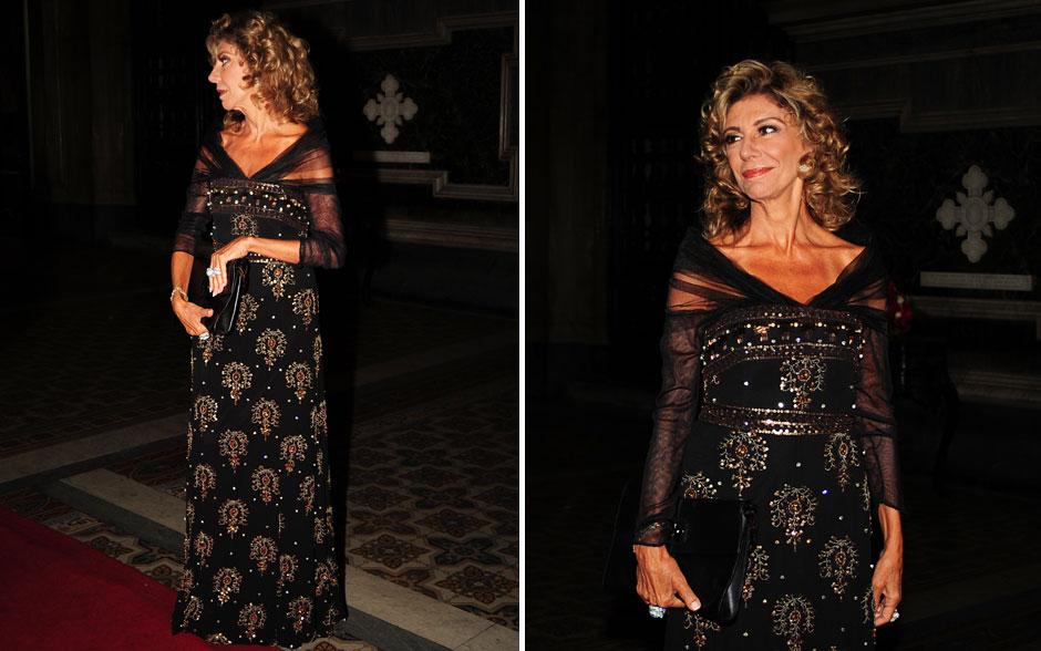 Mangas transparentes do vestido de Maruschka criam um belo contraste com o corpo bordado e deixam o modelo mais leve e feminino