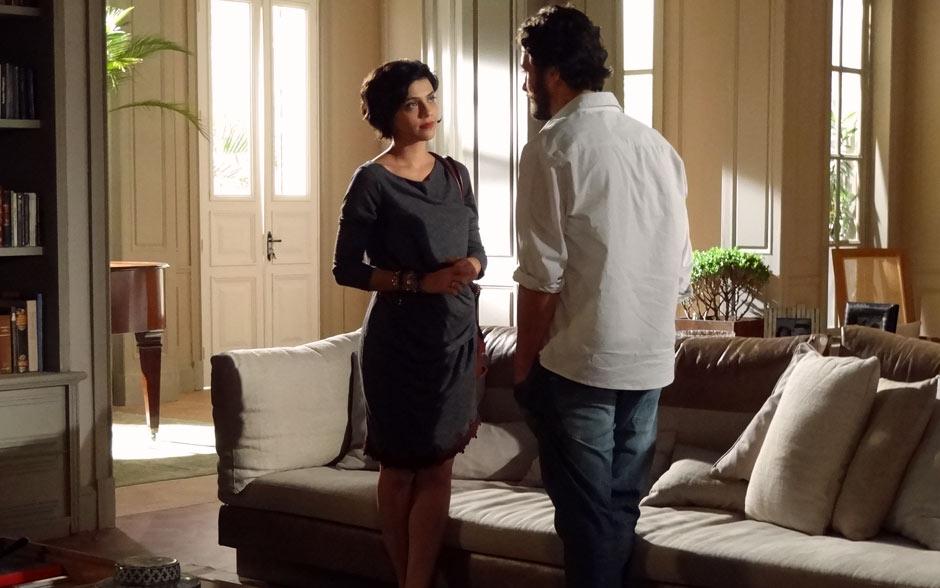 O vestido comportado e sóbrio de Miriam ganha charme com o detalhe em renda na barra