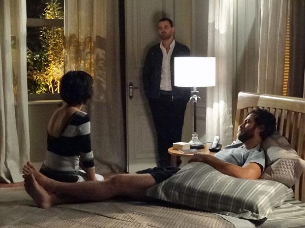 Fernando flagra Miriam conversando com Rodrigo (Foto: Amor Eterno Amor/TV Globo)