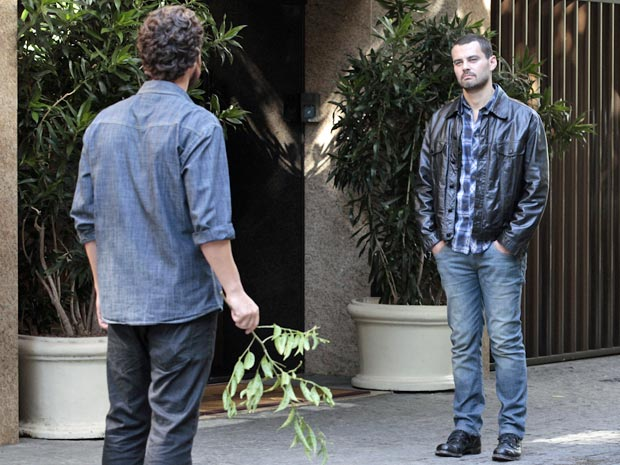 Fernando fica indignado ao ver Rodrigo chegando (Foto: Amor Eterno Amor / TV Globo)