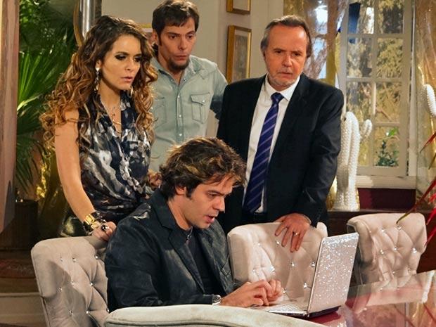 Tom Bastos encontra o clipe das empreguetes na internet (Foto: Cheias de Charme / TV Globo)