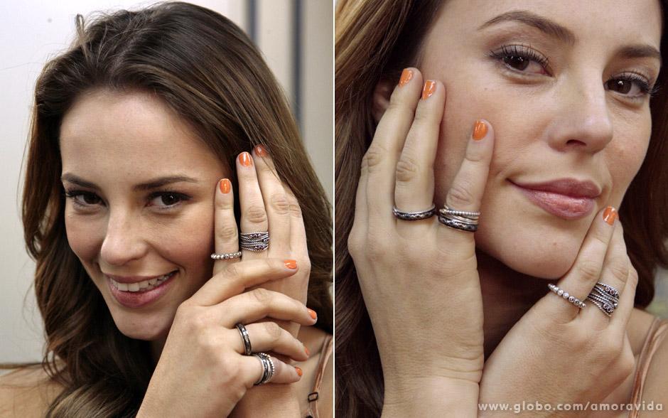 'Acho muito legal também as montagens em cada dedo. Dá uma característica bacana para a personagem', comenta Paolla