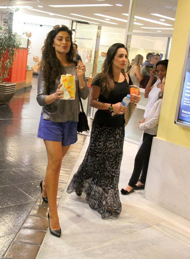 Juliana Paes vai ao cinema no Rio (Foto: AgNews/Daniel Delmiro)
