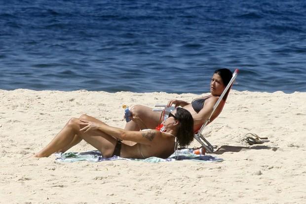Luiza Brunet na praia de Ipanema com a irmã (Foto: Edson Teófilo / Photo Rio News)