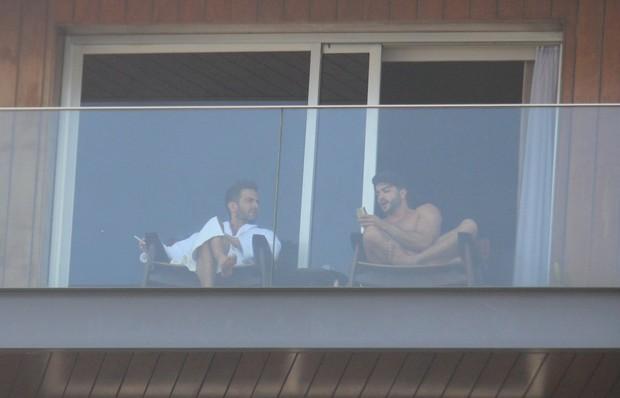 Marc Jacobs e namorado relaxam na varanda (Foto: Rodrigo dos Anjos/Ag News)
