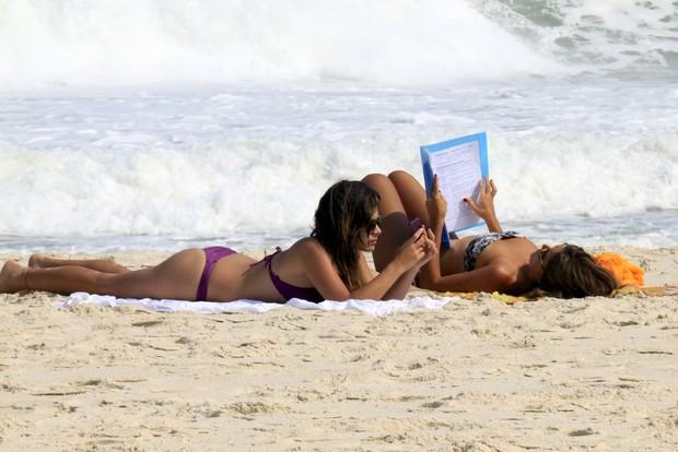 Valentina Seabra, de 'Malhação', curte praia da Barra com uma amiga (Foto: Marcos Ferreira / Photo Rio News)
