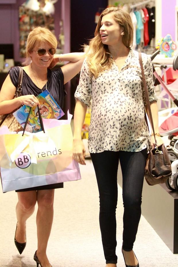 Grazi Massafera faz compras em shopping do Rio (Foto: Marcello Sá Barreto / Photo Rio News)