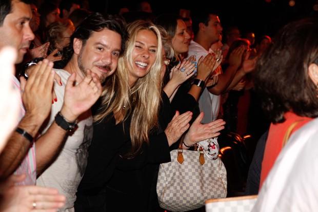 Adriane Galisteu com o marido Alexandre Iódice vai ao teatro em São Paulo (Foto: Danilo Carvalho/ Ag. News)