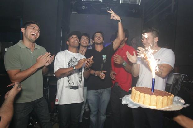Bernardo Mesquita comemora seu aniversário com amigos, entre eles Bruno Gissoni (Foto: Marco Macedo/ Divulgação)