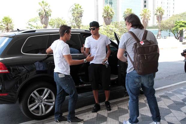 Neymar embarca no aeroporto (Foto: Orlando Oliveira/AgNews)