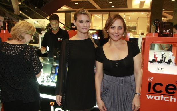 Karen Junqueira e Heloísa Perissé em inauguração de loja de relogios (Foto: Isac Luz / EGO)
