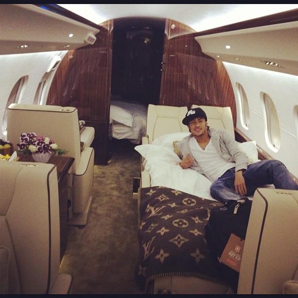 EGO  Neymar posta foto dentro de jatinho e coberto com manta Louis Vuitton  notcias de Viagem