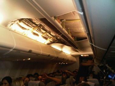 Teto do Voo G3 1399, da Gol Linhas Aéreas, caiu na noite de terça (26) (Foto: Dimitri Sales)