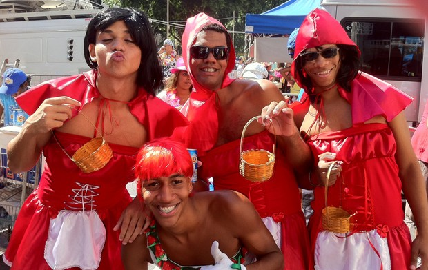 Versões modernas da personagem Chapeuzinho Vemelho alegram o bloco do Cordão da Bola Preta, no Rio de Janeiro. (Foto: Renata Soares / G1)