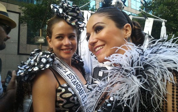As madrinhas Leandra Leal (à esquerda) e Maria Rita do bloco do Cordão da Bola Preta neste sábado (18), no Rio de Janeiro. famosos* musas* (Foto: Tai Nalon / G1)