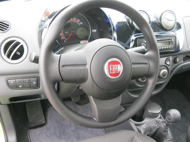 Volante e painel de instrumentos são arredondados e lembram o  Fiat 500.