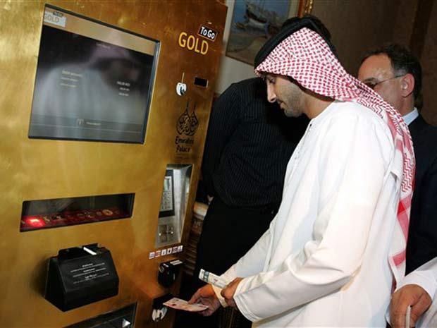 hotel Emirates Palace em Abu Dhabi instalou uma máquina que vende lingotes de ouro.