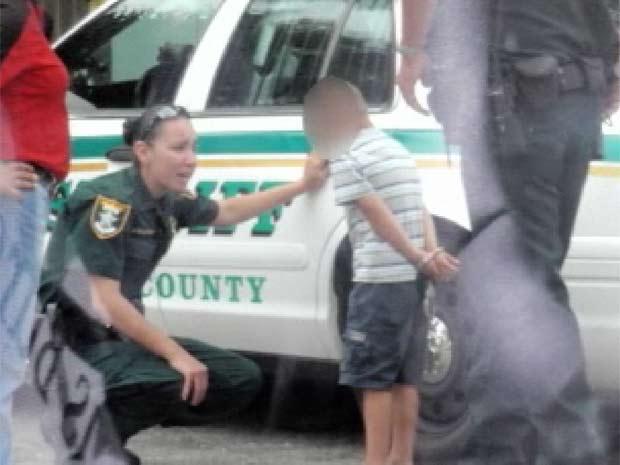 Mãe bolou com policial a falsa prisão do filho de cino anos.