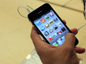 iOS 4.0.1 para iPhone 4 foi liberado nesta quinta (15). (Foto: Eric Thayer/Reuters)