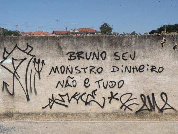 Muro pichado contra Bruno em MG