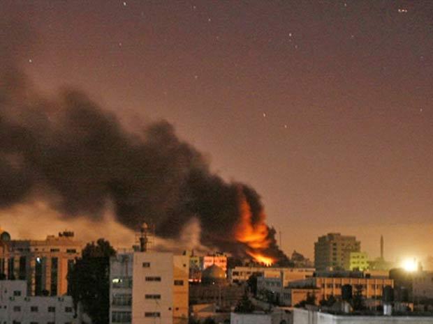 Fumaça é vista na Cidade de Gaza, em bombardeio israelense durante ofensiva em janeiro de 2009