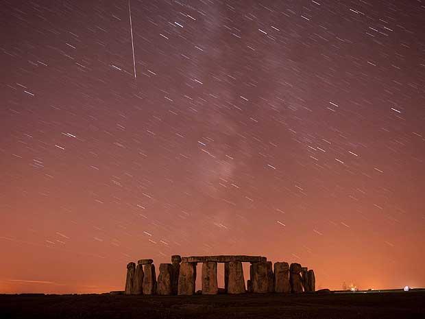 Perseidas é registrada sobre Stonehenge, na planície de Salisbury, ao sul da Inglaterra. Foto de exposição longa.