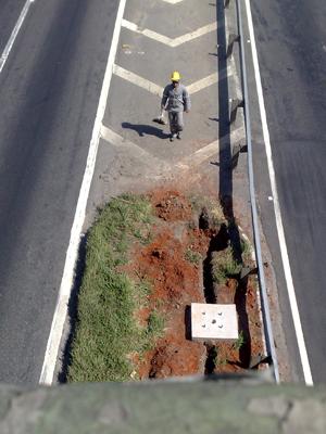 Operário trabalha em obra de iluminação na Marginal Tietê