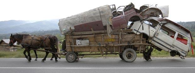 Caravana de ciganos próximo a Costesti, na Romênia, nesta  quarta-feira (9).