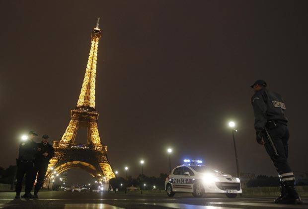Policiais patrulham a região na noite desta terça-feira (28).