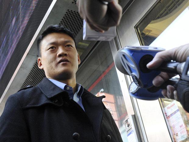 Daniel Choi fala à imprensa após deixar o centro de recrutamento das Forças Armadas na Times Square, em Nova York, nesta quarta (20)