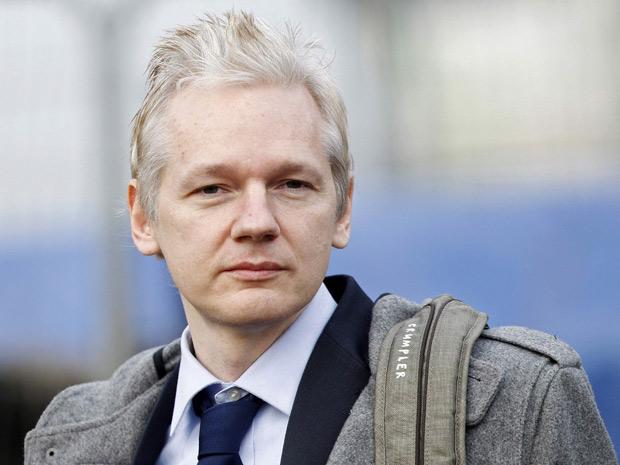 Julian Assange, fundador do site WikiLeaks, chega ao tribunal de Belmarsh, em Londres, na manhã desta terça-feira (11)