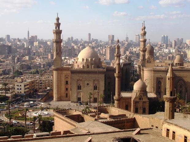 Torres de minaretes de onde partem o chamado para as cinco orações diárias dominam paisagem na capital do Egito