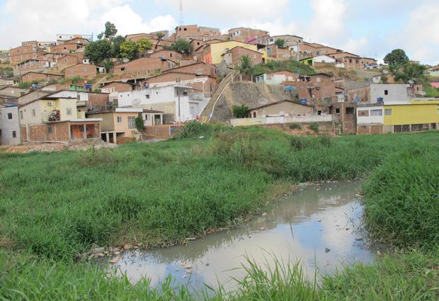 Casas irregulares e falta de saneamento são problemas graves em Ipojuca.