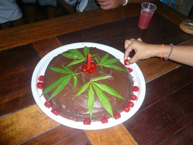 Imagem do bolo de chocolate e maconha que foi servido em festa de aniversário em praia da Bahia