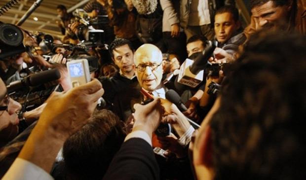 O ex-chefe da Agência Internacional de Energia Atômica e Nobel da Paz Mohammed El Baradei é cercado por jornalista ao chegar ao Cairo, nesta quinta (27)