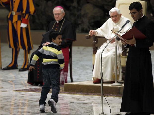 O menino recebe a bênção de Bento XVI