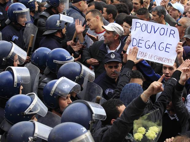 Policiais tentam impedir que a população inicie uma manifestação reivindicando reformas no poder. (Foto: Reuters)