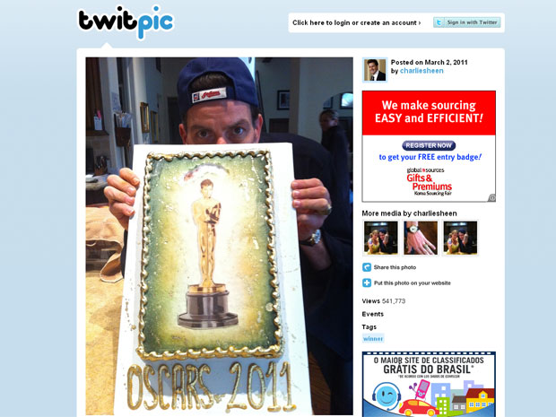 O rosto de Sheen aparece no lugar da cabeça da estatueta do Oscar em outra foto publicada pelo ator (Foto: Reprodução/Twitpic)