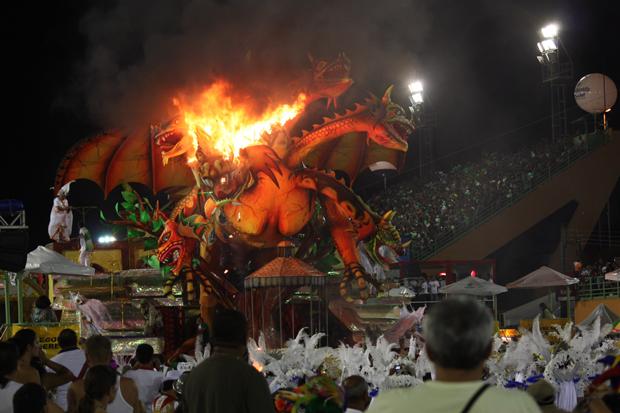 Carro de escola de samba pega fogo em manaus (Foto: Rick Olliver/VC no G1)